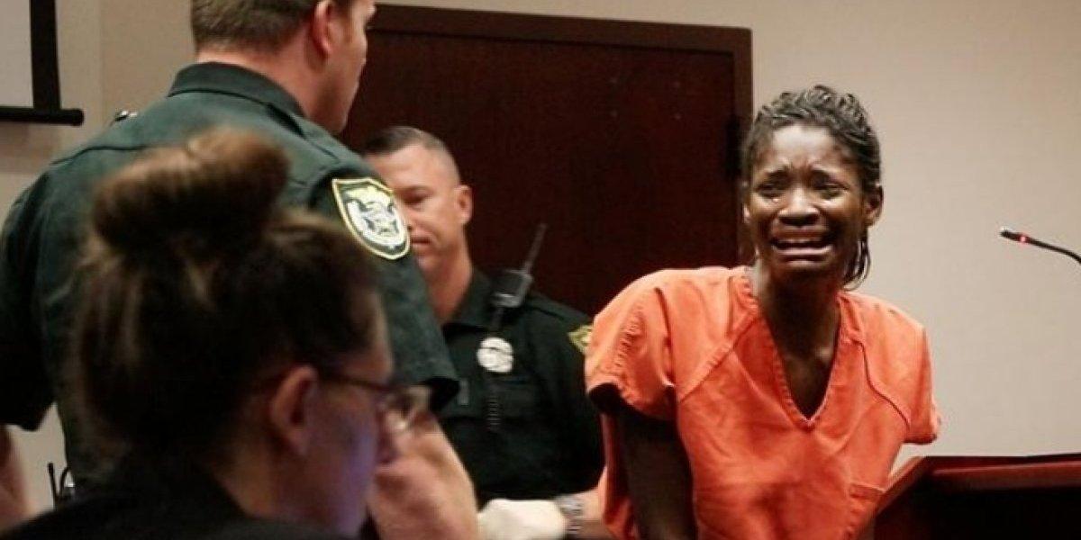 Reação de mãe ao ver a filha ser condenada a vinte anos de prisão choca as redes sociais