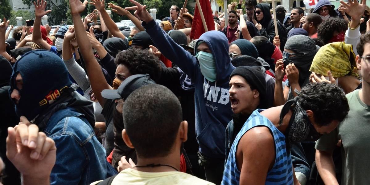 Manifestantes apedrejam prédio do MEC e polícia revida lançando bombas