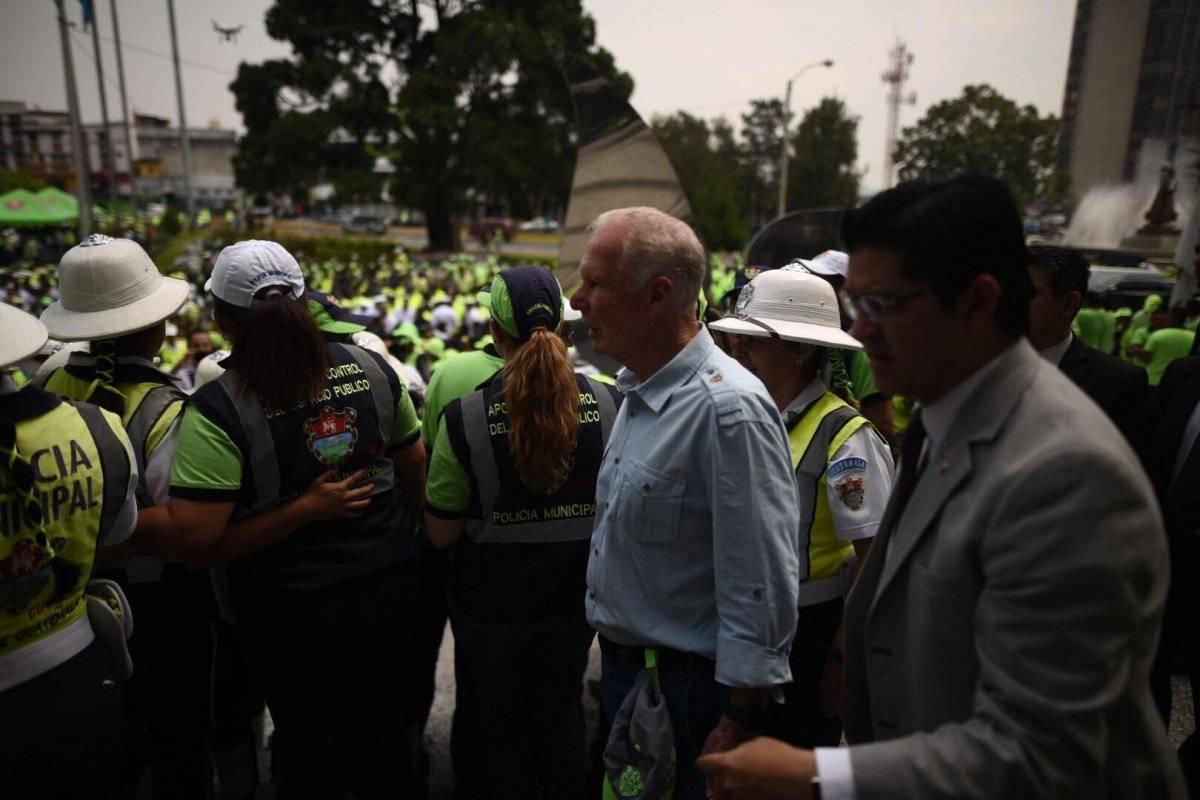 Alcalde Álvaro Arzú condecora empleados municipales Foto: Edwin Bercián