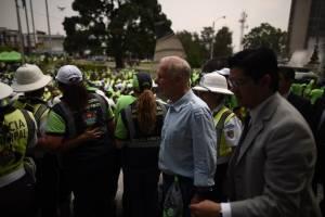 Alcalde Álvaro Arzú condecora empleados municipales