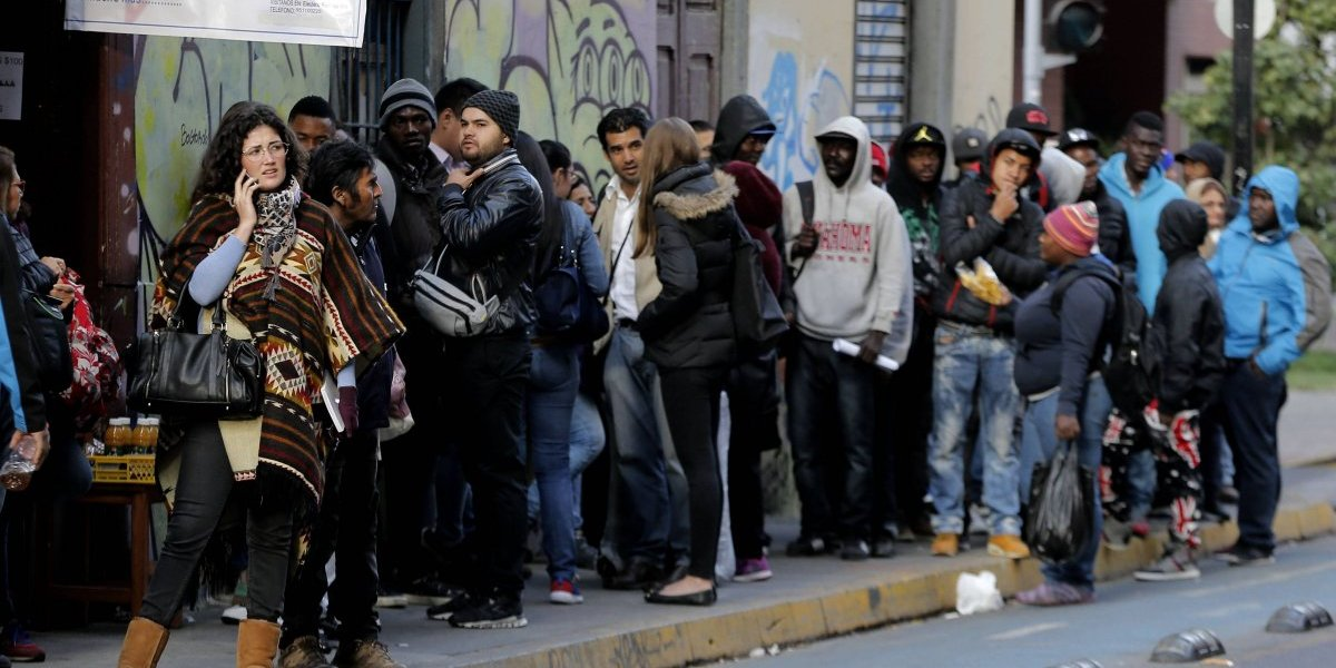Decenas de migrantes se agolparon en Extranjería de la PDI tras anuncio de Piñera