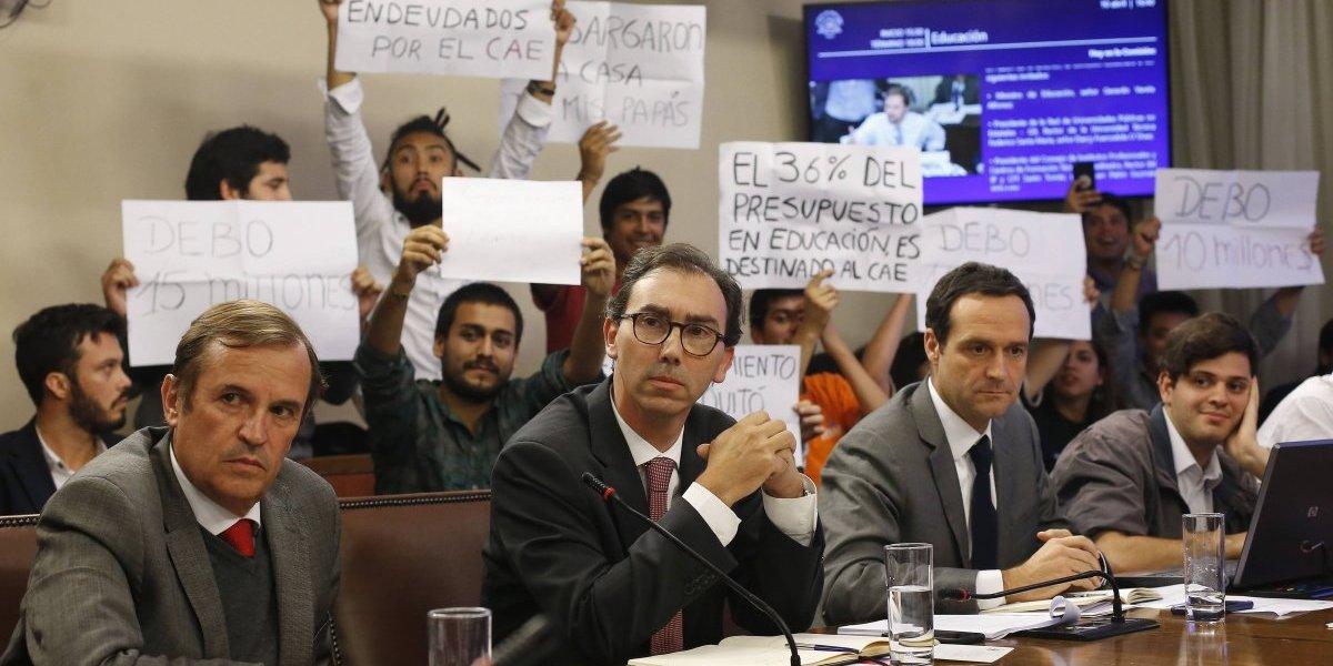 Condonación del CAE: estudiantes protestan durante sesión de la Comisión de Educación