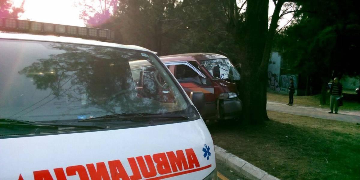 Conductor impacta a bus escolar y se estrella contra un árbol en San Cristóbal