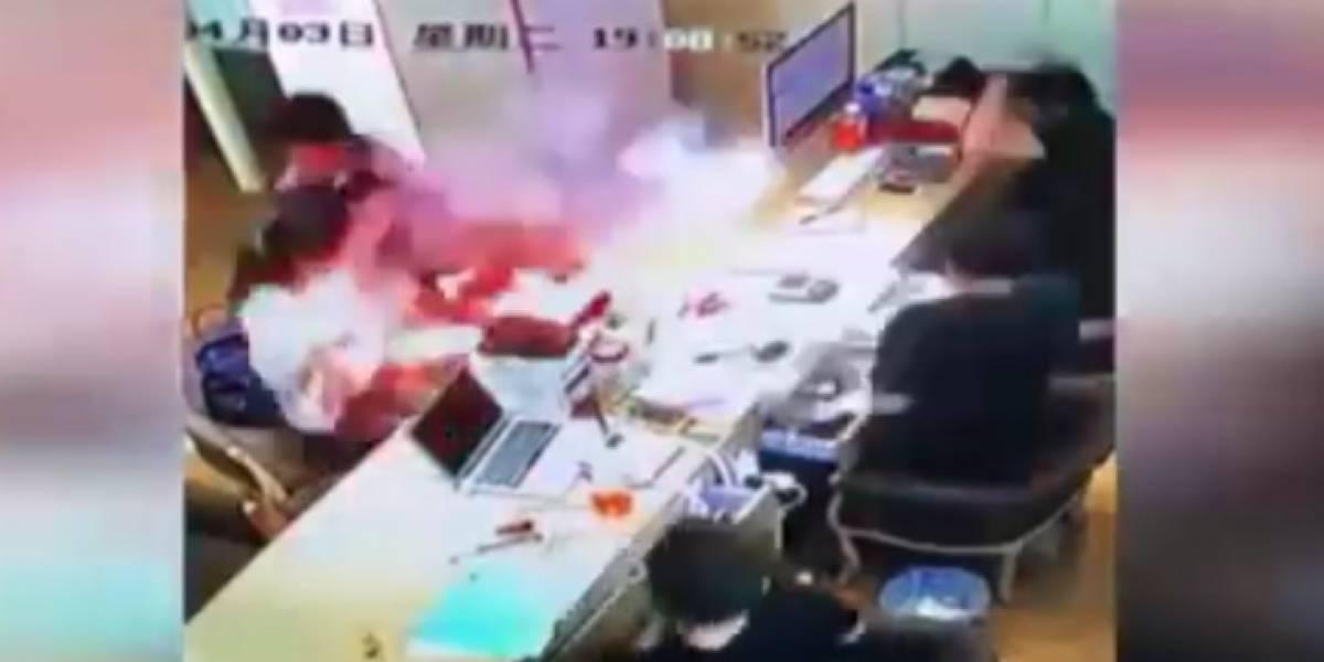 Video: llevaron su celular a reparación y este explota mientras es revisado