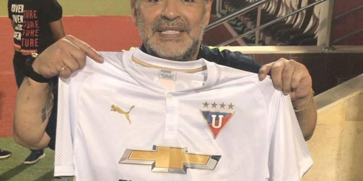 Diego Maradona modela con camiseta de Liga de Quito