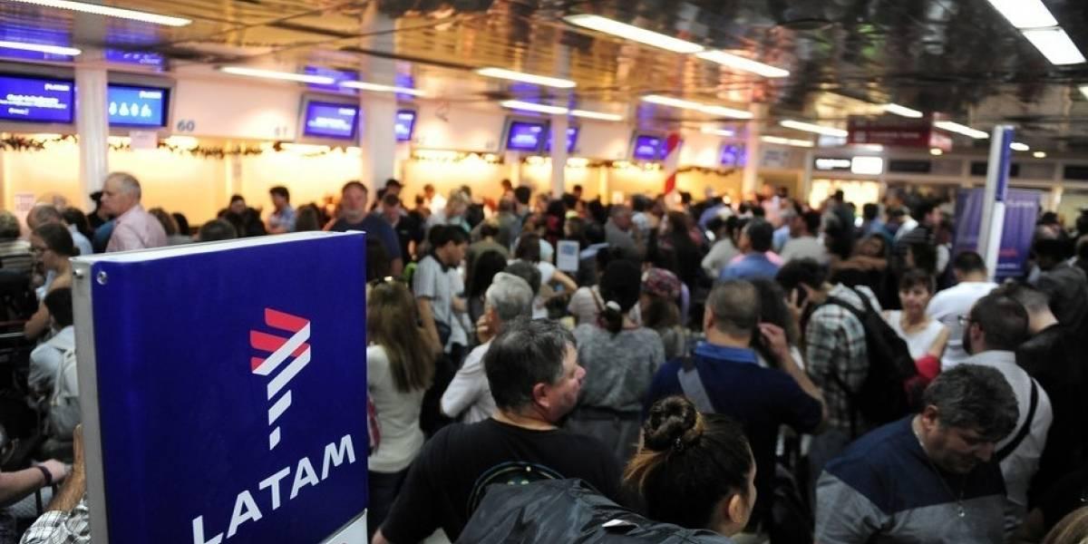 Latam contra la pared: la oficiaron por incumplimiento de vuelos y su rival se aprovecha de huelga legal