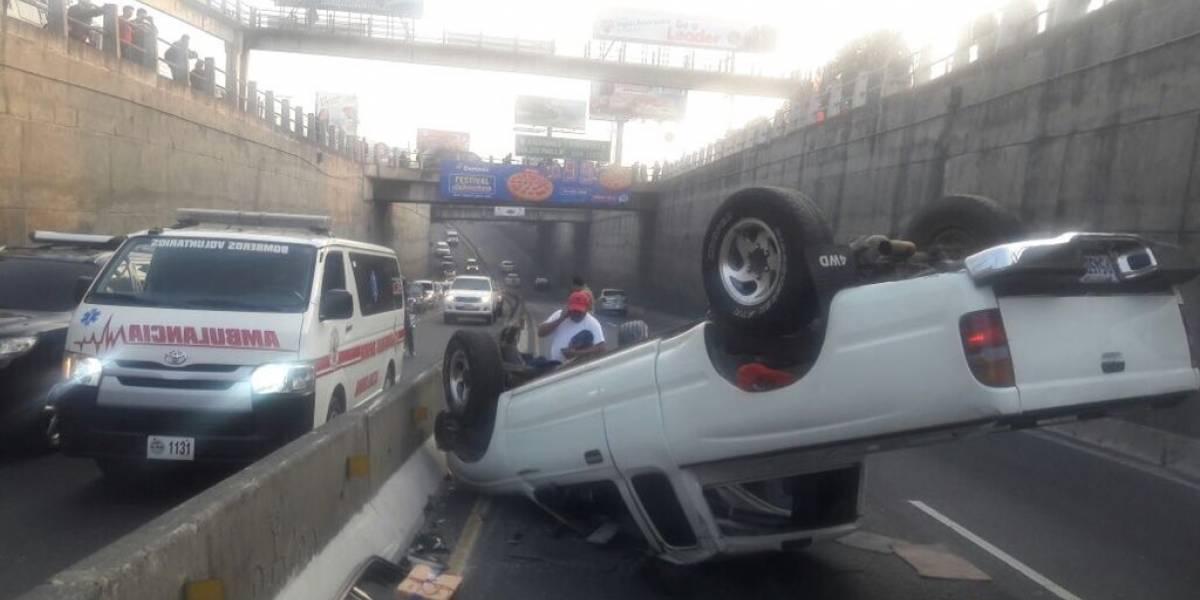 Vuelca vehículo en ruta a El Salvador y conductor resulta herido
