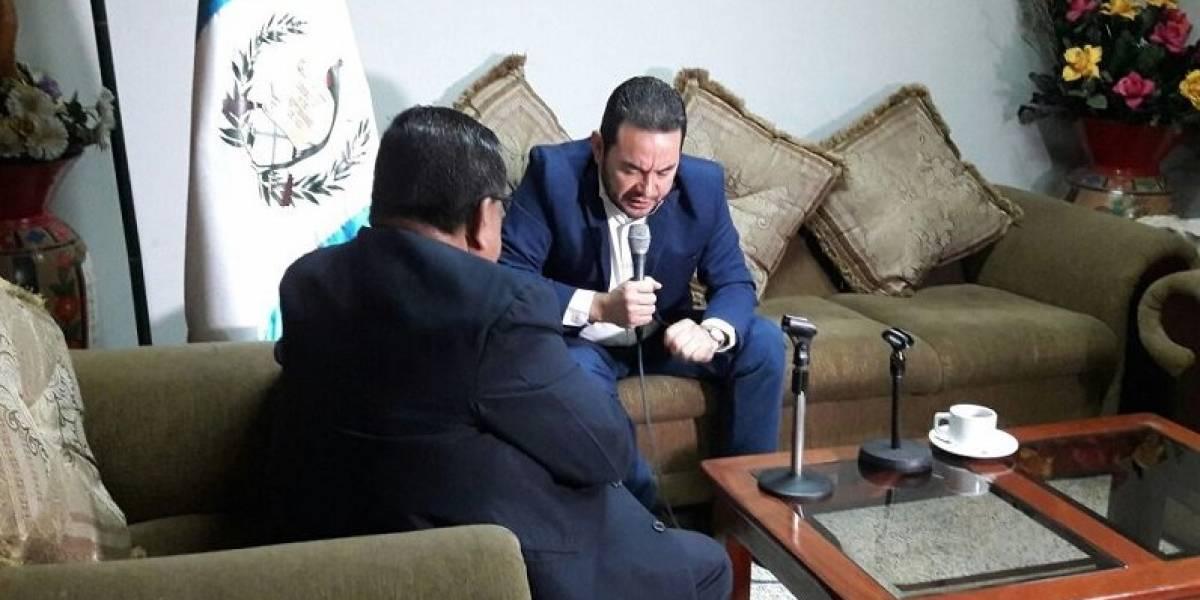 """Presidente Jimmy Morales ora y """"pide"""" por Guatemala y así le contestan en las redes"""