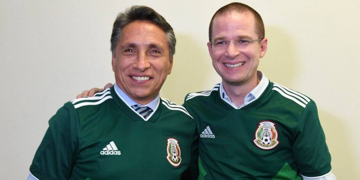 Anaya se toma la foto con Manuel Negrete, autor del mejor gol de los mundiales
