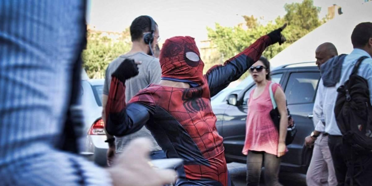 """""""Una pequeña sensual ayuda"""": el """"Spiderman Chileno"""" se robó el corazón del mundo no solo por su sexy movimiento de caderas"""