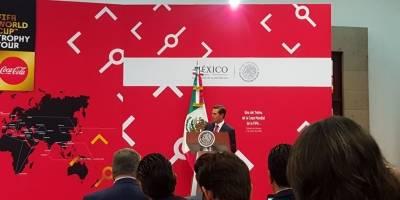 Enrique Peña Nieto recibe el trofeo de Rusia 2018