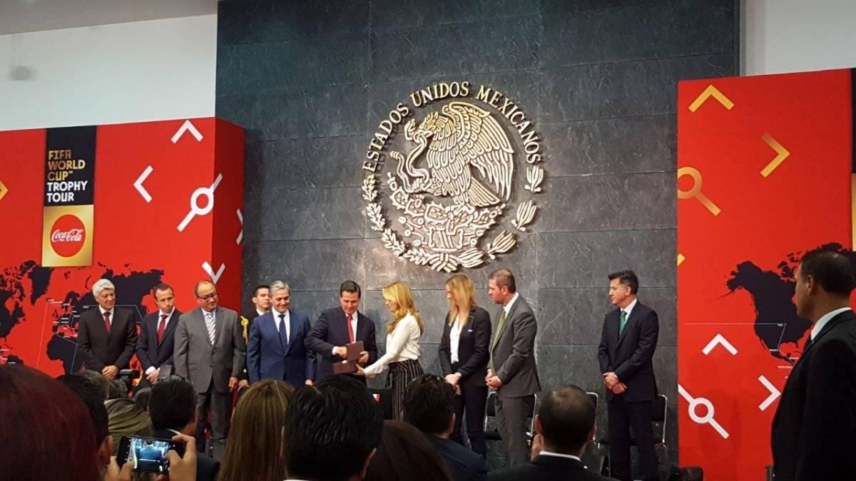 Enrique Peña Nieto recibe el trofeo de Rusia 2018/Karina Bobadilla