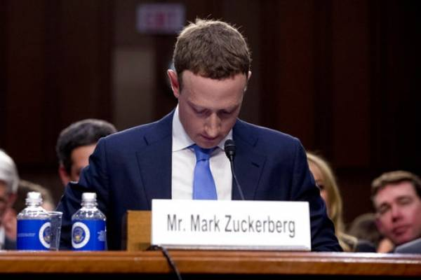 Mark Zuckerberg guarda silencio