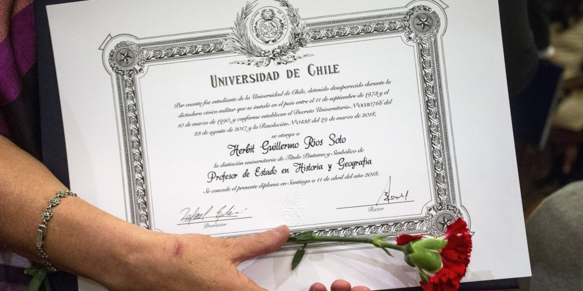 Universidad de Chile entregó títulos póstumos y simbólicos a estudiantes desaparecidos y ejecutados políticos