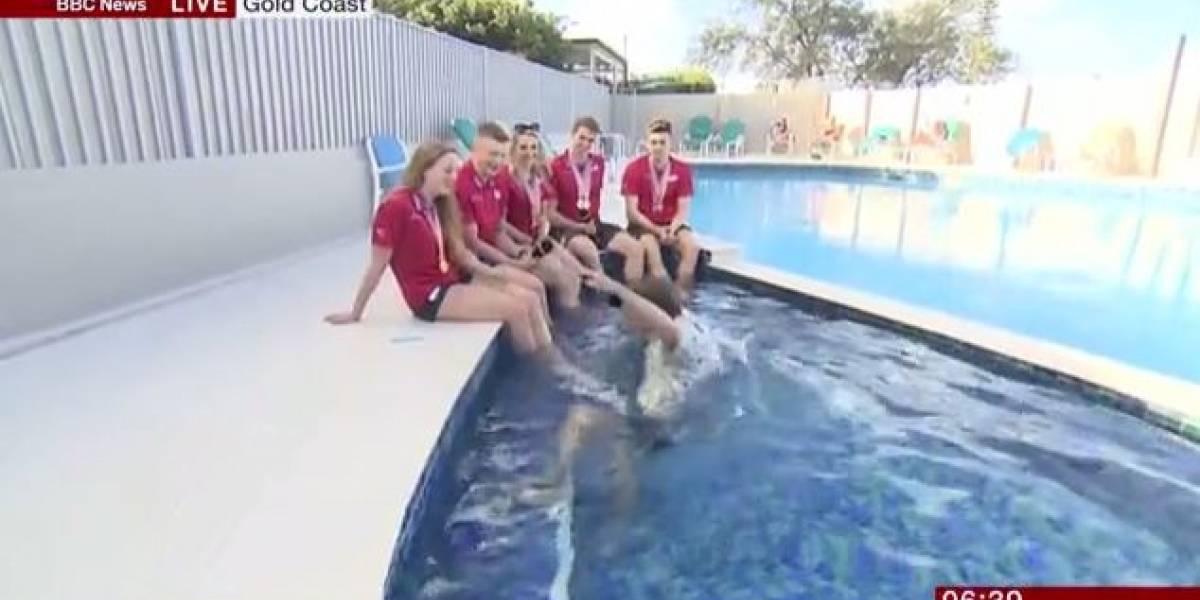 Apresentador cai na piscina durante entrevista ao vivo