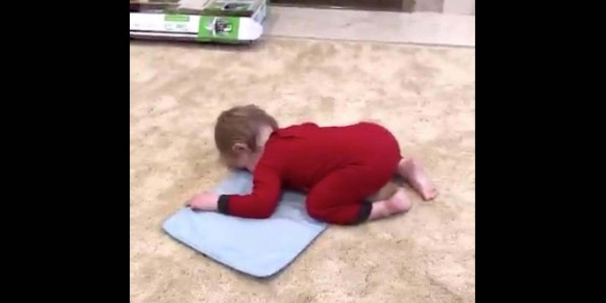 """¡Sorprendente!: Bebé imita el rezo de sus """"tíos"""" del jardín y se vuelve viral"""