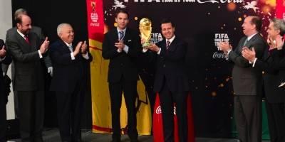 Enrique Peña Nieto recibe el trofeo del Mundial Brasil 2014