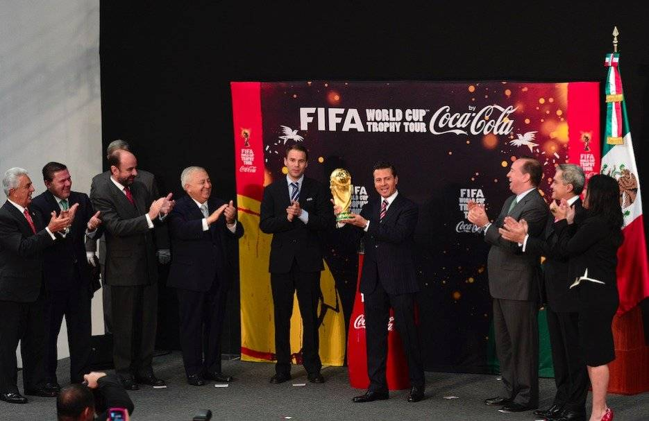 Enrique Peña Nieto recibe el trofeo del Mundial Brasil 2014/MEXSPORT