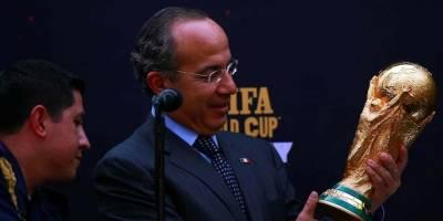 Felipe Calderón recibe trofeo del Mundial de Sudáfrica 2010