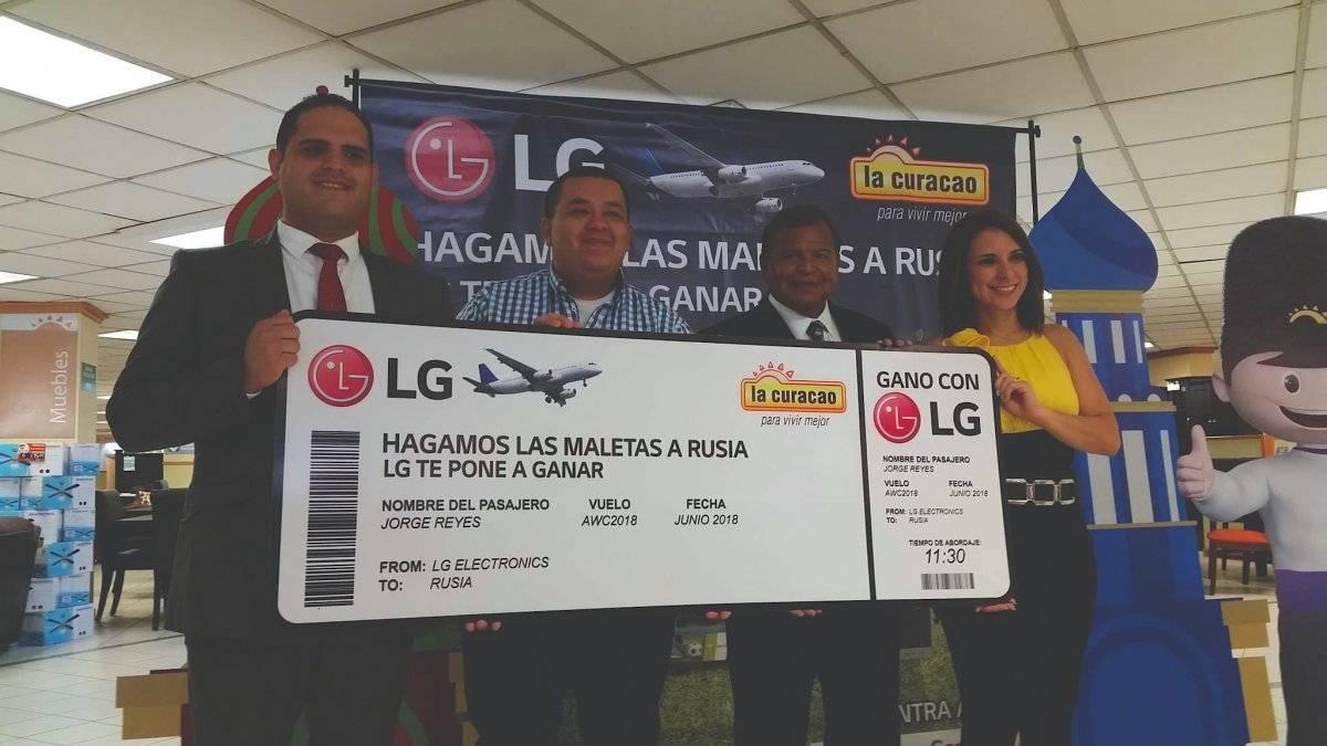 La Curacao y LG entregaron oficialmente el boleto a Rusia al primer ganador de la promoción Gano con LG. Foto: David Lepe