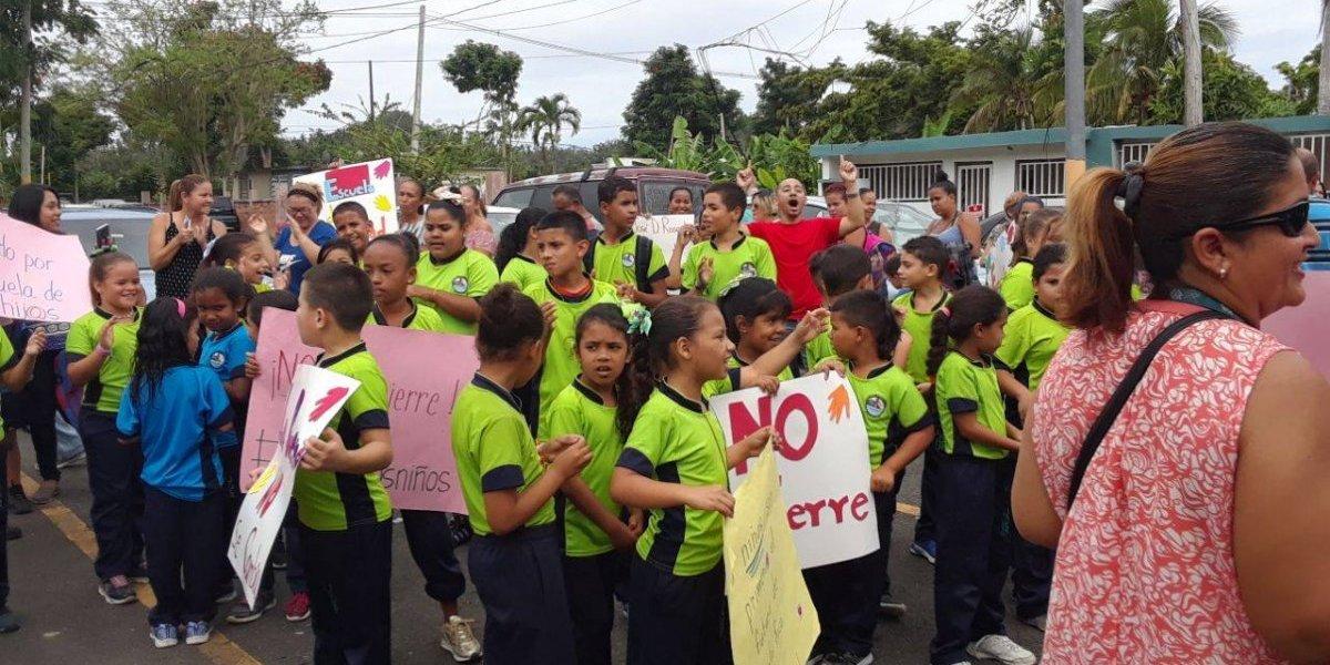 Protestan padres y estudiantes de escuela en Vega Alta