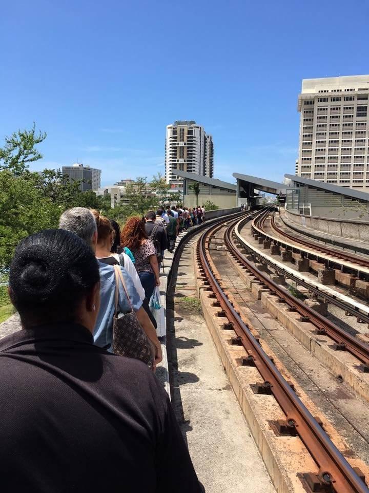 Empleados del Tren Urbano entran a uno de los vagones para sacar a las personas que se quedaron varadas en su interior tras apagón de energía eléctrica reportado el 12 de abril de 2018. / Foto: Suministrada