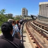 Empleados del Tren Urbano entran a uno de los vagones para sacar a las personas que se quedaron varadas en su interior tras apagón de energía eléctrica reportado en la tarde de hoy, 12 de abril de 2018. / Foto: Suministrada