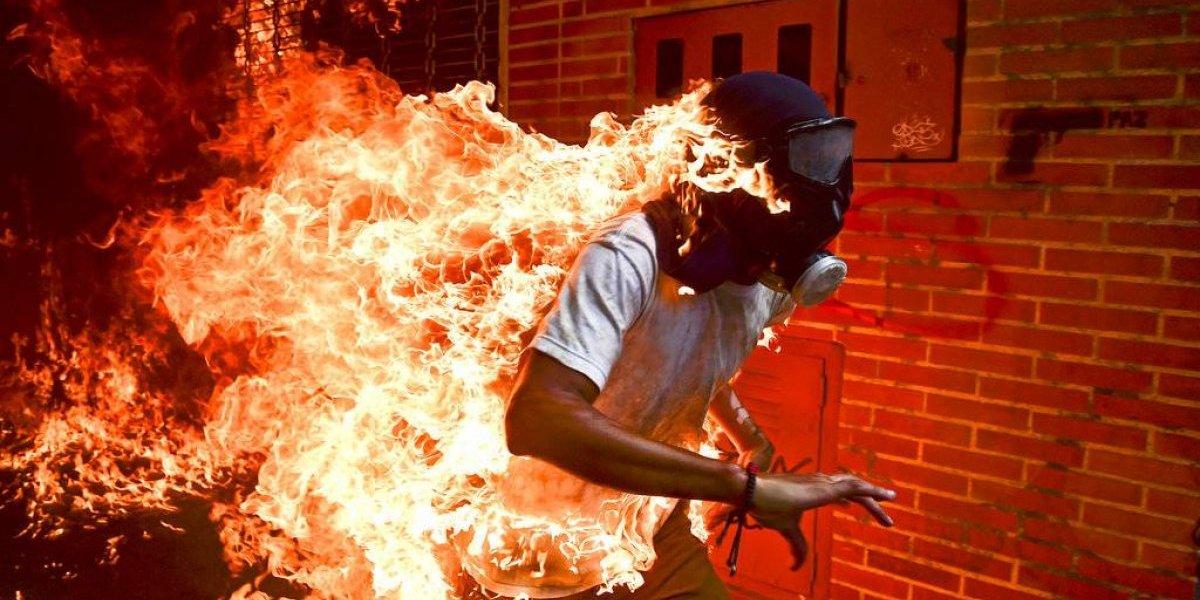 Impresionante imagen de venezolano en llamas gana el World Press Photo 2018