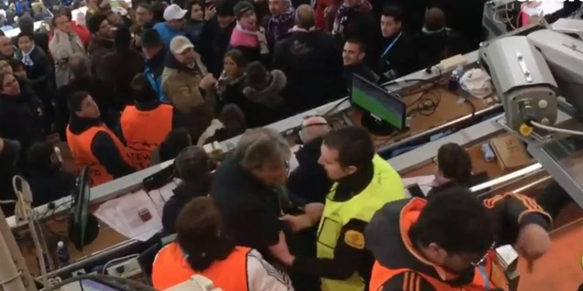 VIDEO: Periodista enseña billete tras polémico penal del Real Madrid y lo sacan del estadio