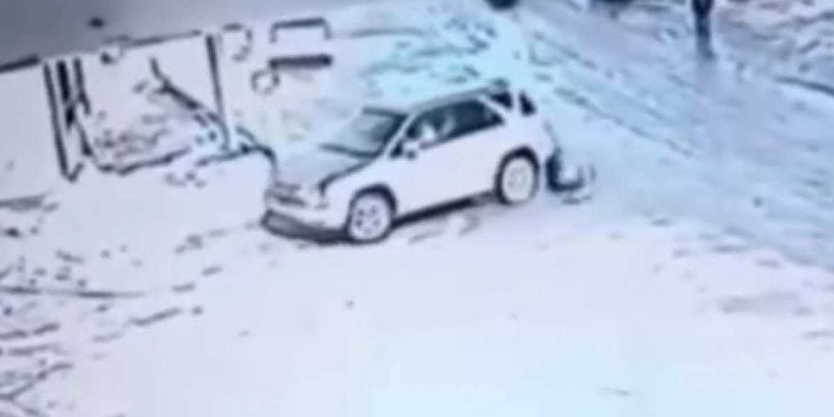 Conductor ruso arrolla tres veces a una anciana sin darse cuenta
