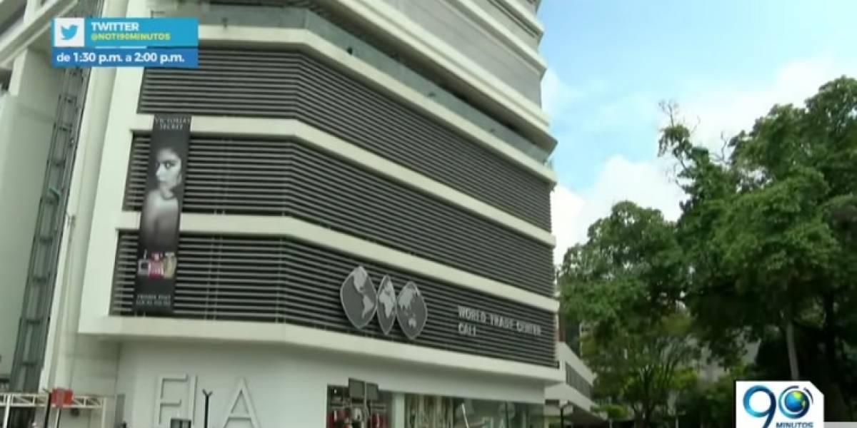 Mujer muere tras caer de sexto piso en centro comercial