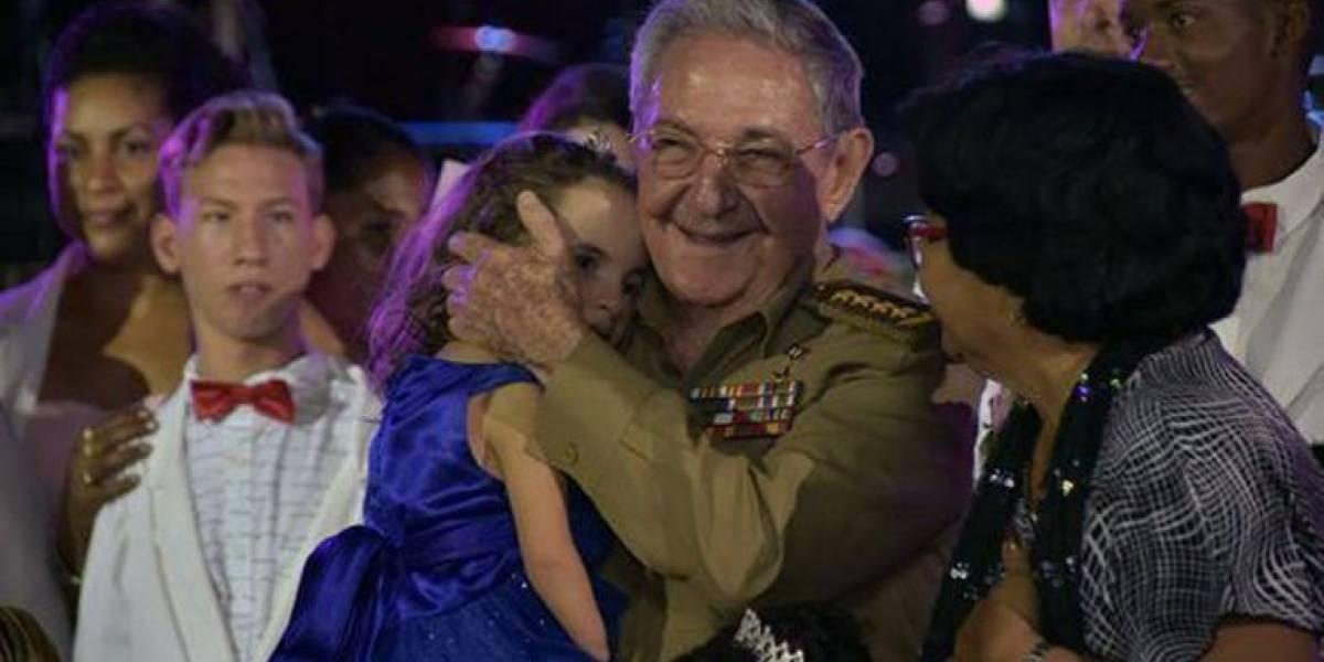 Raúl Castro celebra con adolescentes antes de dejar el mando en Cuba