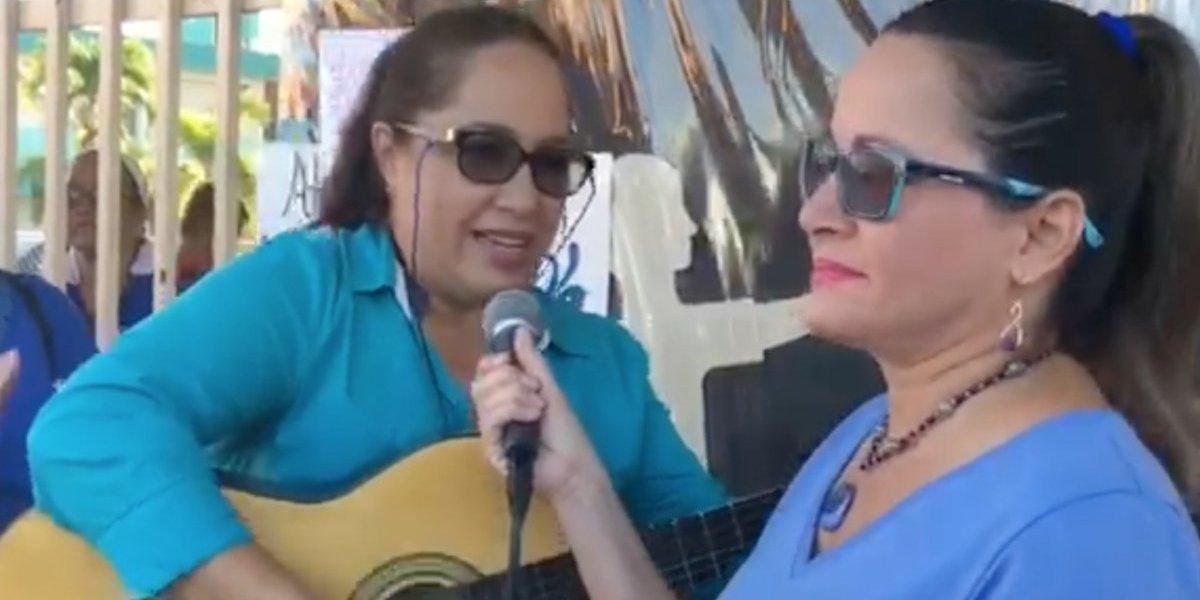 Maestras en Dorado cantan contra el cierre de su escuela