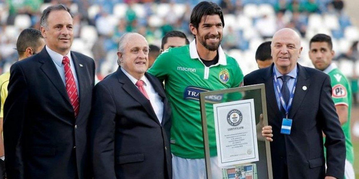 Loco Abreu recibe el Récord Guinness por el número de clubes en su carrera