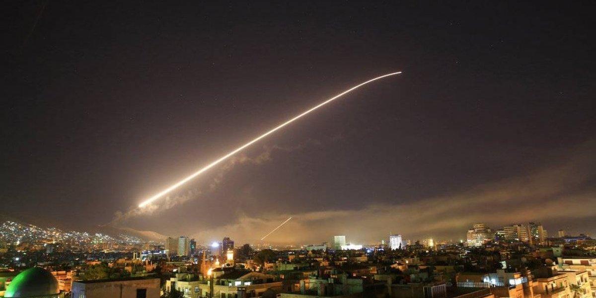 Ataque en Siria: impactante imagen muestra el cielo de Damasco iluminado por un misil