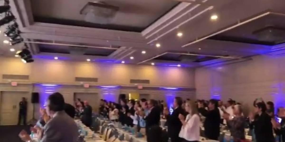 (Video) SIP interrumpe reunión y aplaude de pie a periodistas ecuatorianos