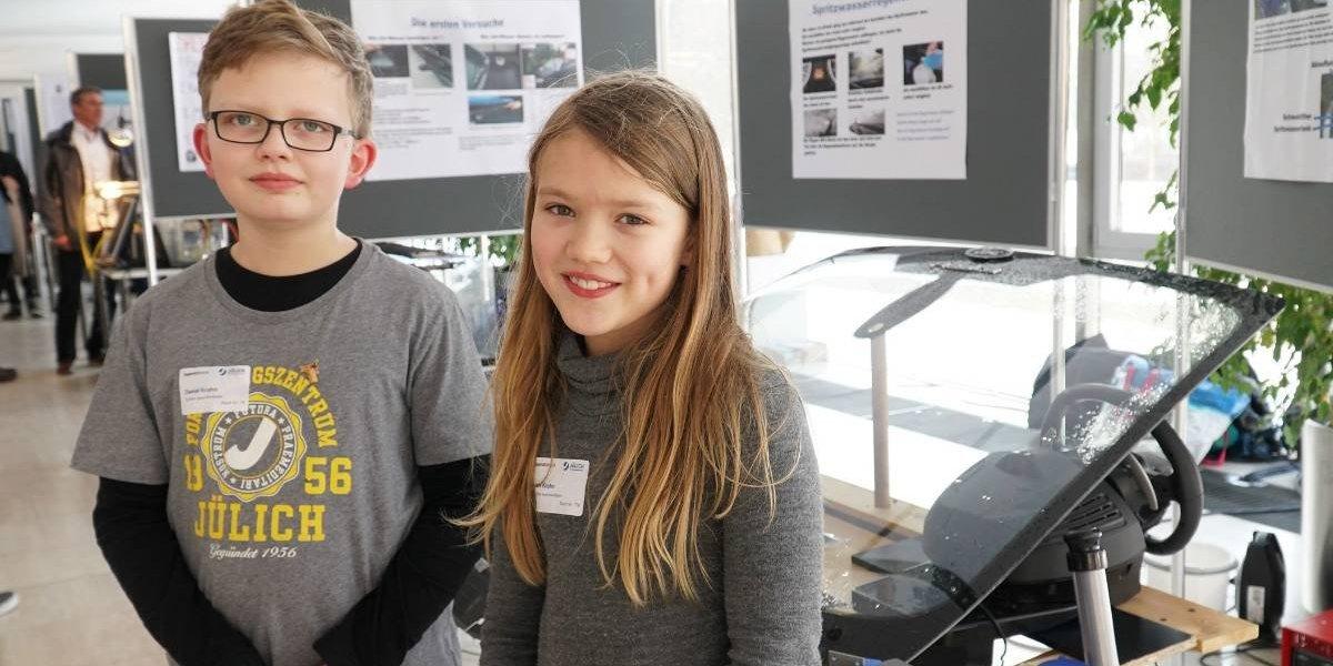 Dos niños crean el limpiaparabrisas más barato y ecológico del mundo