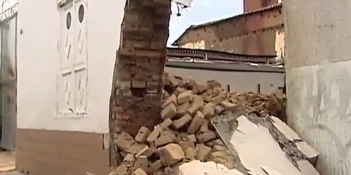 Muro de 230 años se desplomó y destrozó dos vehículos en Cali