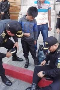 Policías regalan zapatos a niño