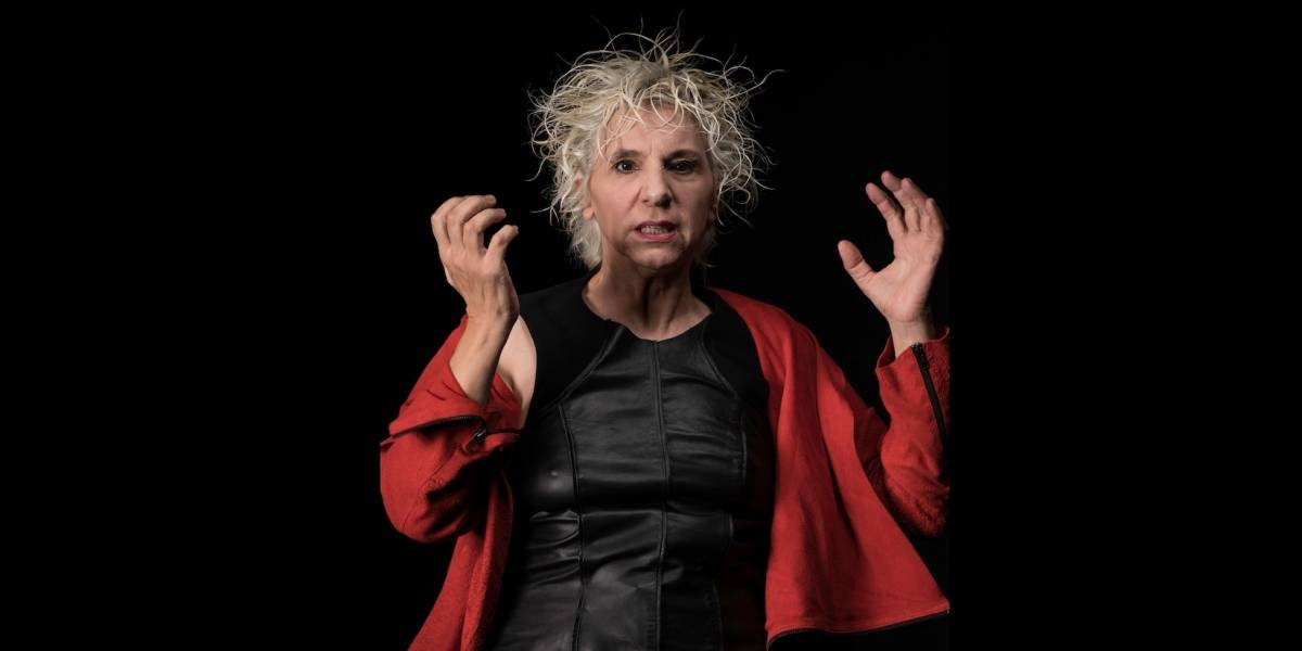 Denise Stoklos faz Jubileu de Ouro no palco com o monólogo Extinção