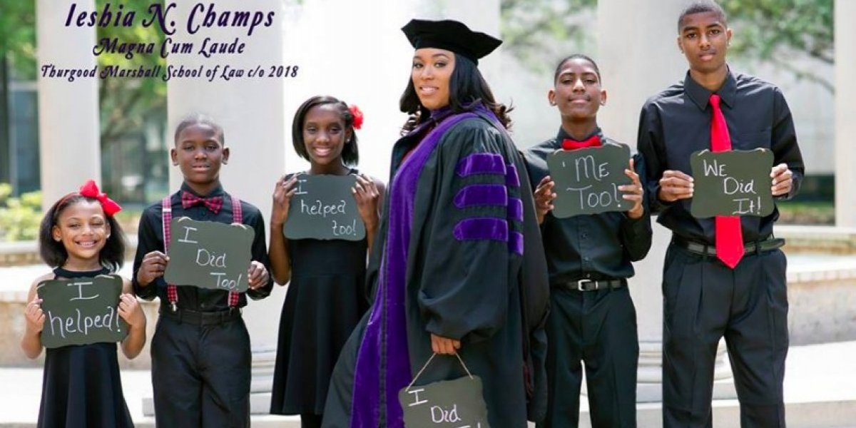 Madre soltera, con cinco hijos, se gradúa de Derecho y sirve de inspiración