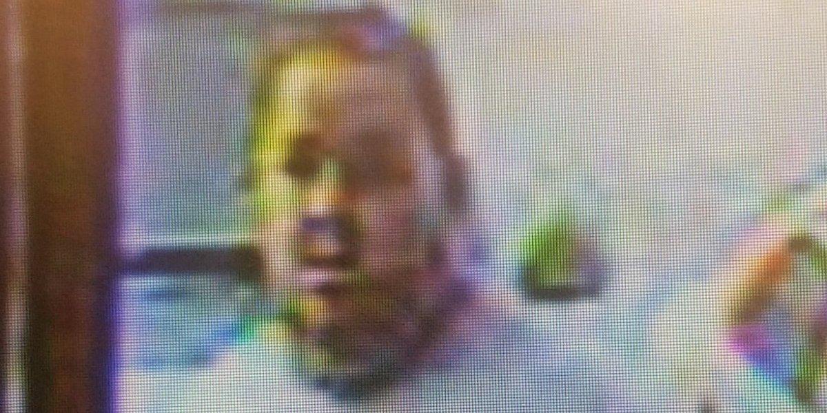 Buscan hombre que usó tarjeta robada para realizar compras por $3 mil