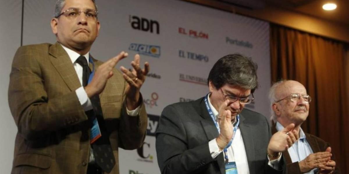 La SIP interrumpe su reunión para aplaudir de pie a periodistas ecuatorianos asesinados
