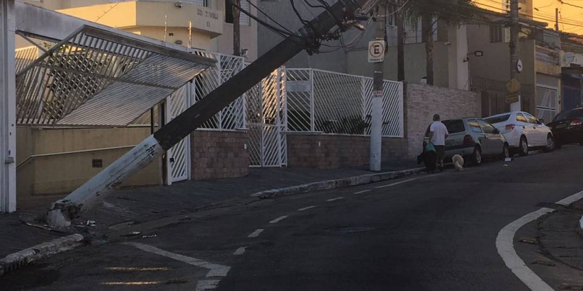Que perigo! Poste fica pendurado após acidente em São Paulo