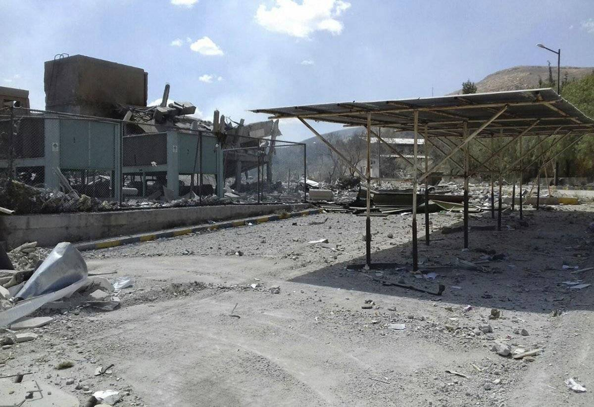 En esta foto publicada por la agencia de noticias oficial siria SANA se muestran los daños del Centro de Investigación Científica Sirio que fue atacado por ataques militares estadounidenses, británicos y franceses para castigar al presidente Bashar al Assad por presuntos ataques químicos contra civiles, en Barzeh, cerca de Damasco, Siria, sábado, 14 de abril de 2018. Foto: AP