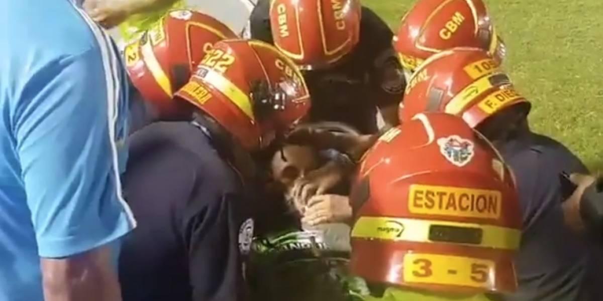 VIDEO: Futbolista se convulsiona en la cancha tras terrible choque