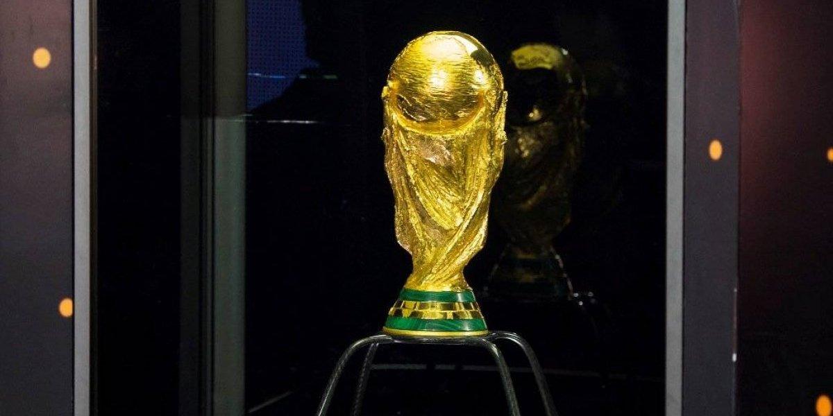 VIDEO: Aficionados se bañan de oro con la Copa del Mundo en CDMX
