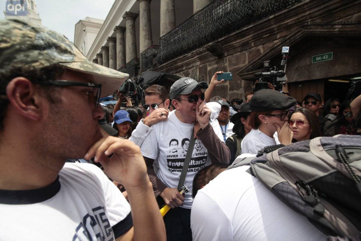 Momentos en el que equipor de El Comercio recibe la fatal noticia por parte de Lenón Moreno en la Plaza Grande API