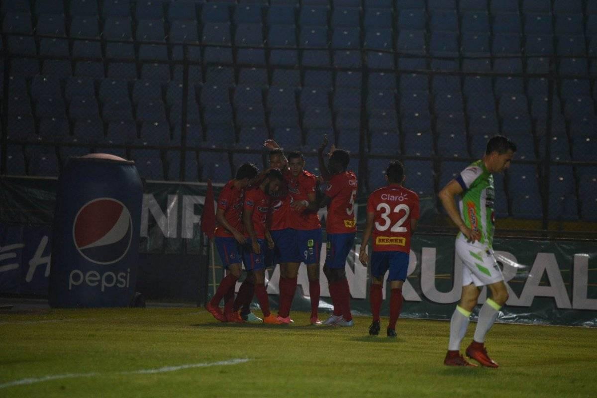 Jugadores rojos celebran un gol