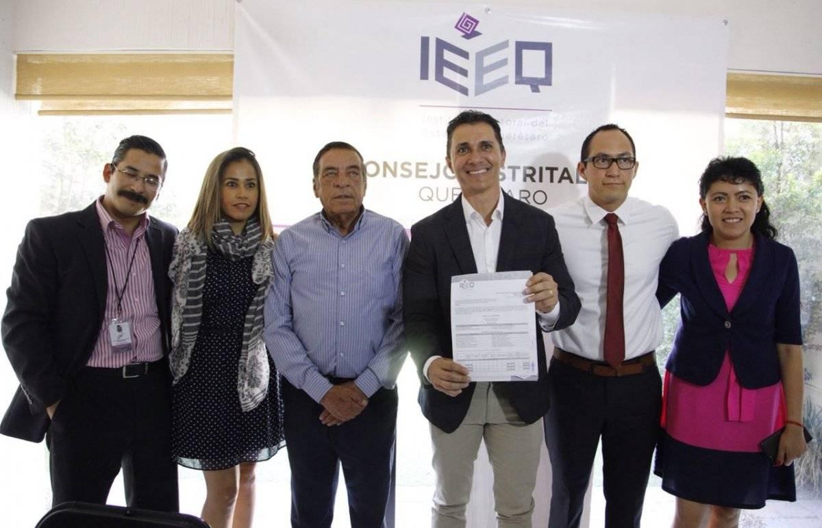 Acompañado de su esposa, Janet Méndez de Ríos y su hijo Adolfo, el candidato a presidente municipal de Querétaro se presentó en el Consejo Distrital 01 del IEEQ
